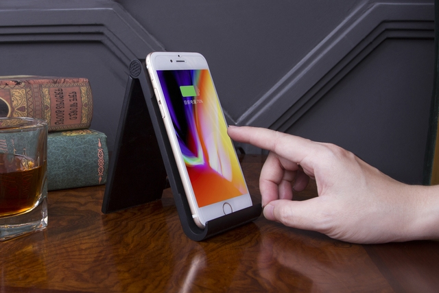 Duo_Slim_Wireless_Charging_Dock_Charging1